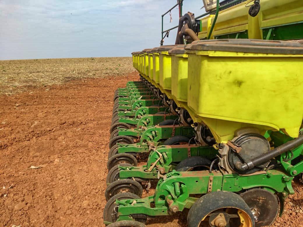 Plantadeira pronta para semear soja em Capão Bonito